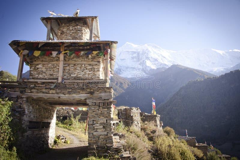 Portone dell'entrata al villaggio di Manang dell'Himalaya immagine stock libera da diritti