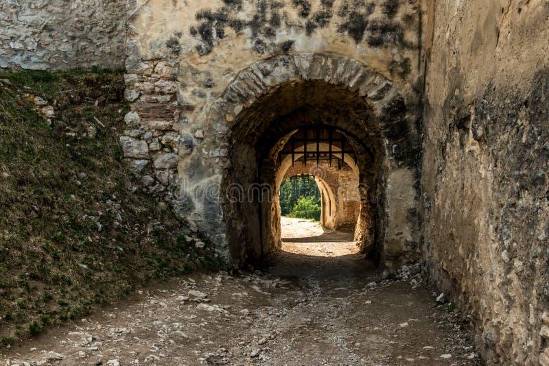 Portone della fortezza medievale di Saxon L'architettura di Europa antica immagini stock libere da diritti