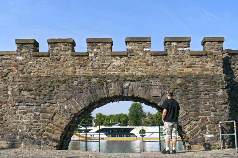 Portone di acqua antico al fiume Meuse a Maastricht fotografia stock libera da diritti
