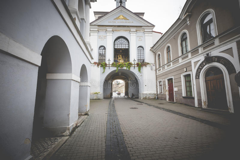 Portone di Ausros (portone dell'alba) con la basilica di Madonna Ostrobramska immagine stock libera da diritti