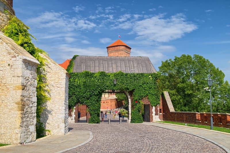 Portone di Bernardynska del castello reale di Wawel, Cracovia, Polonia immagine stock