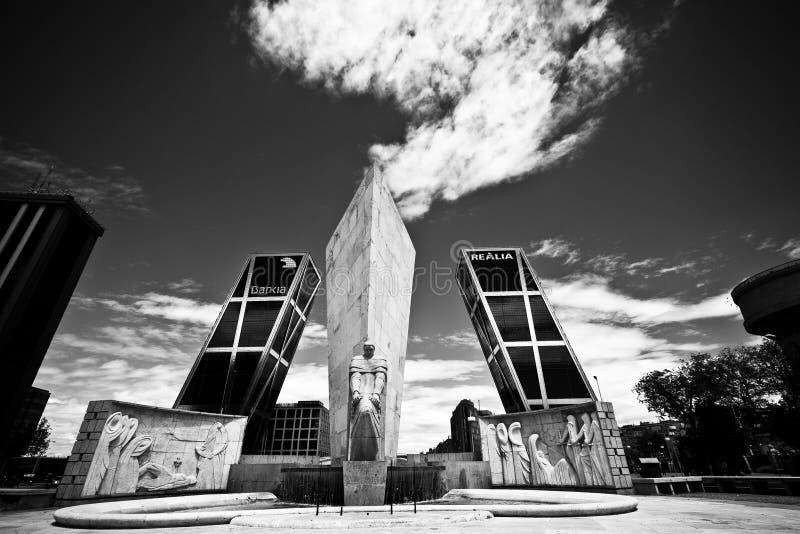 Portone di Europa con il monumento Jose Calvo Sotelo e la nuvola unica immagini stock