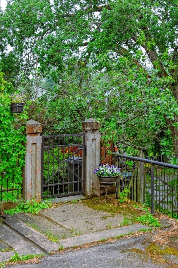 Portone di giardino chiuso fotografia stock libera da diritti
