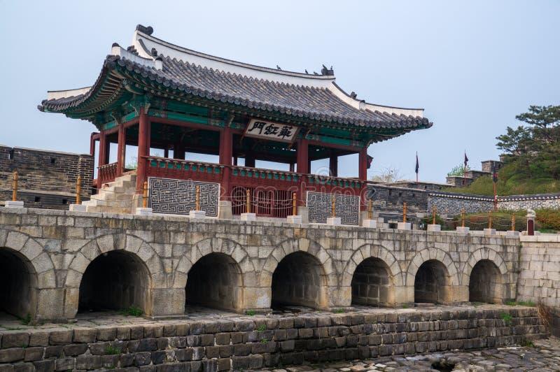 Portone di Hwahongmun (Buksumun), fortezza di Suwon Hwaseong, Corea del Sud fotografia stock libera da diritti