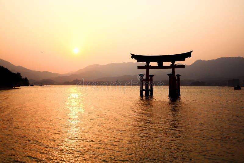 Portone di Itsukushima Torii a Miyajima, Giappone fotografie stock