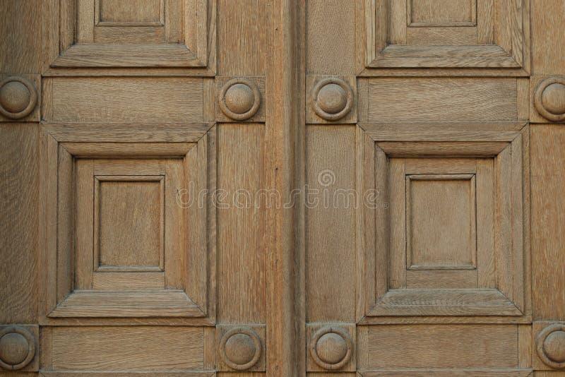 Portone di legno con i quadrati ed il motivo dei cerchi fotografie stock