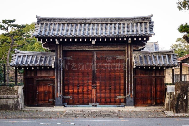 Portone di legno della casa tradizionale a Kyoto, Giappone fotografie stock libere da diritti