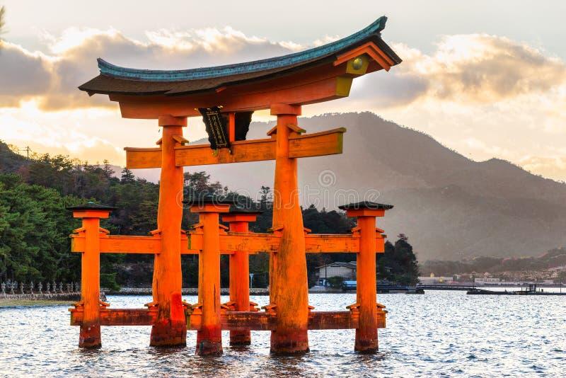 Portone di Miyajima Torii, Giappone fotografia stock