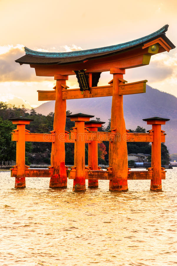 Portone di Miyajima Torii, Giappone fotografie stock
