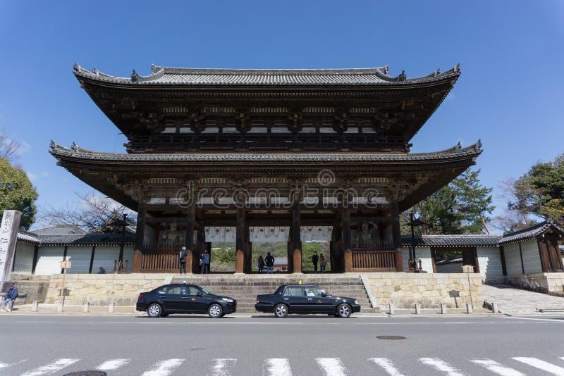 portone di NIO-lunedì Destra gigantesca del portone davanti al Ninnaji-tempio immagine stock