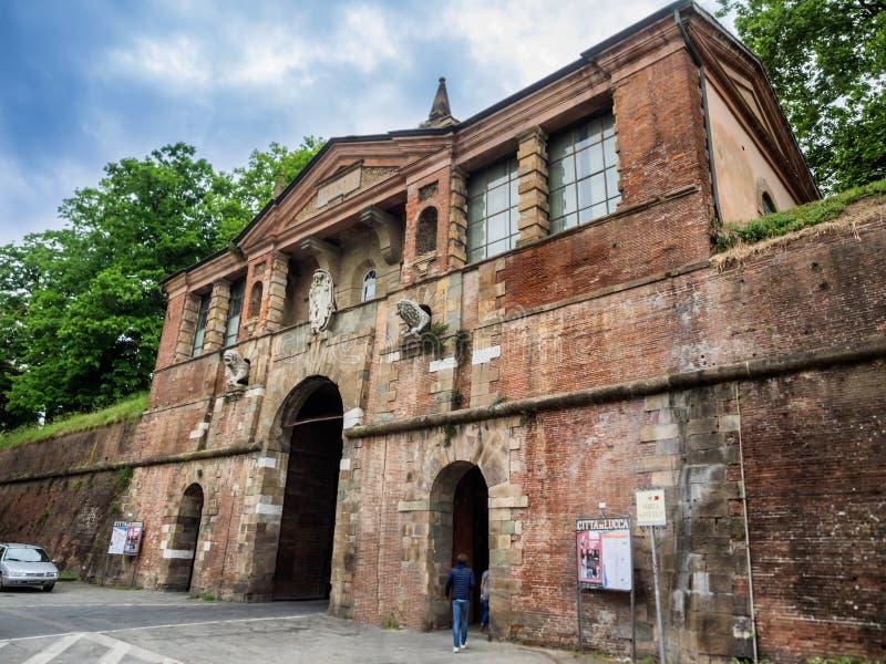 Portone di Porta san Pietro nella parete che circonda Lucca, Toscana fotografia stock libera da diritti