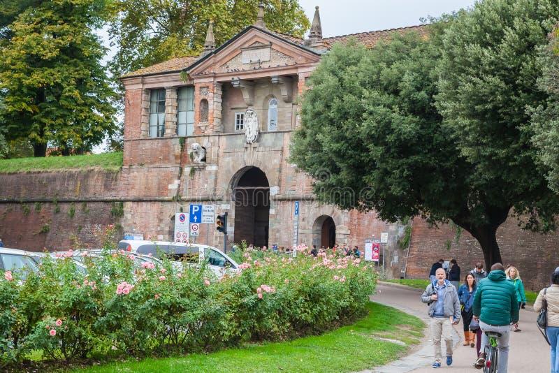 Portone di Porta san Pietro nella parete che circonda Lucca, Toscana fotografia stock