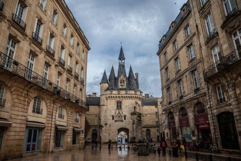 Portone di Porte Cailhau Cailhau nel centro urbano del Bordeaux Questo portone gotico medievale è uno dei simboli del Bordeaux immagine stock libera da diritti