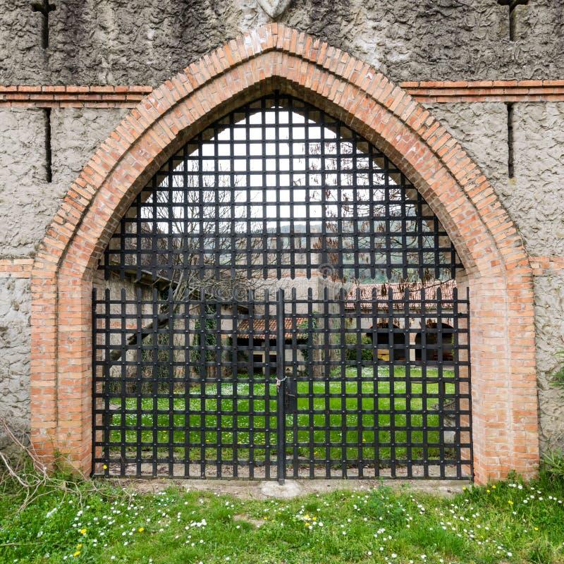 Portone di vecchio castello medievale fotografia stock libera da diritti