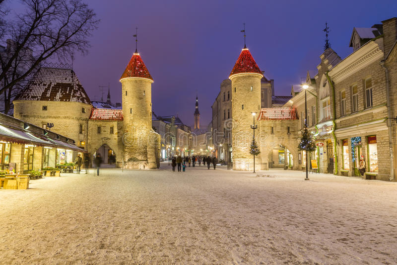 Portone di Viru e municipio di Tallinn fotografia stock libera da diritti