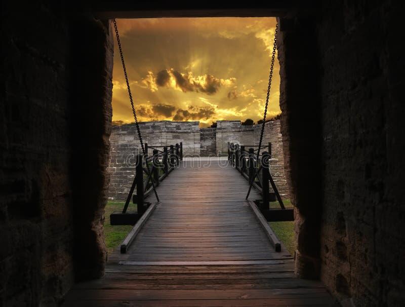 Portone e ponte di vecchia fortificazione immagine stock libera da diritti