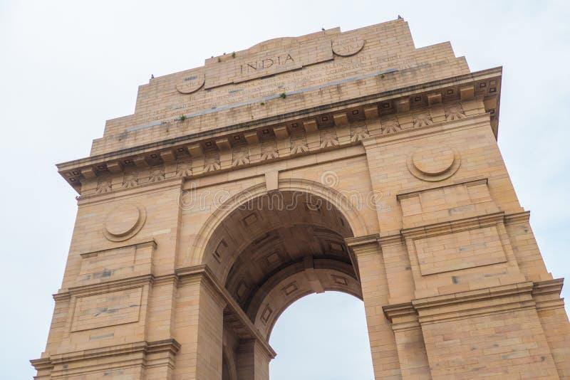 Portone indiano in nuovo, Delhi contro il cielo immagini stock