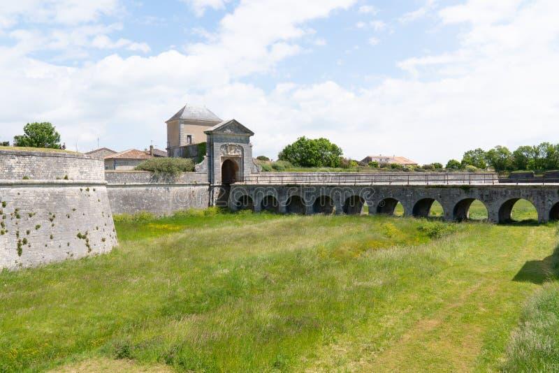 Portone medievale del ponte in san Martin de Re in Francia immagini stock