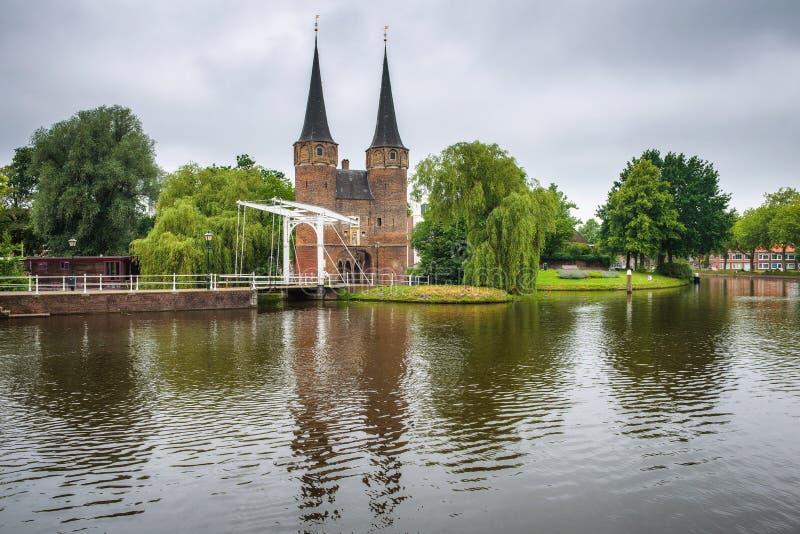 Portone orientale, canale e ponte mobile storico a Delft, Netherland immagine stock libera da diritti