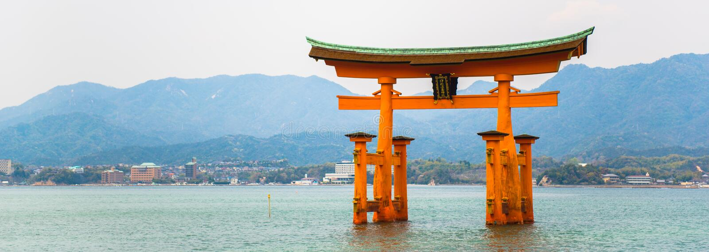 Portone rosso situato nel mare all'isola Hiroshima di miyajima fotografia stock libera da diritti