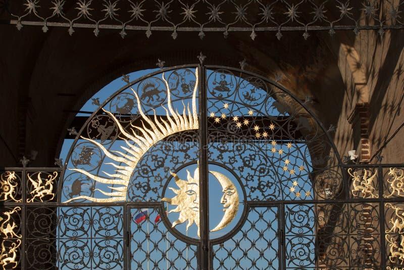 Portoni del deko della città Tatarstan, del sole e della luna di Kazan della torre di Suyumbike fotografia stock
