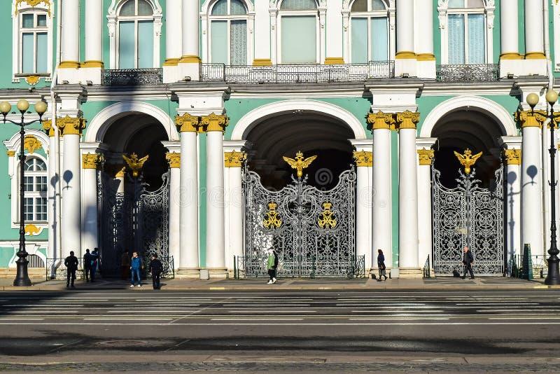 Portoni del palazzo di inverno a St Petersburg, Russia fotografie stock libere da diritti