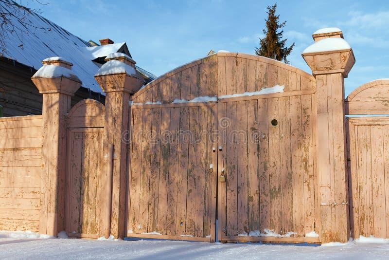Portoni di legno di vecchia casa fotografia stock for Migliori case di architettura