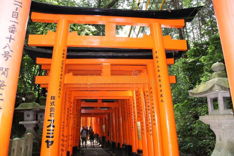Portoni di Torii di Fushimi Inari-Taisha fotografie stock libere da diritti