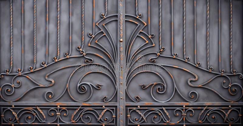 portoni in ferro battuto magnifici, pezzo fucinato ornamentale, eleme forgiato fotografie stock