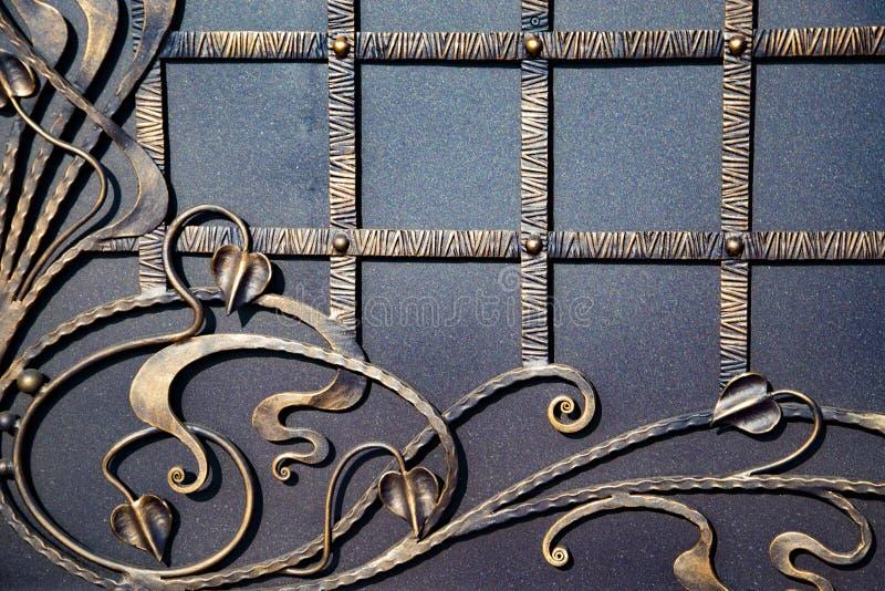 Portoni in ferro battuto magnifici, pezzo fucinato ornamentale, primo piano forgiato degli elementi fotografia stock