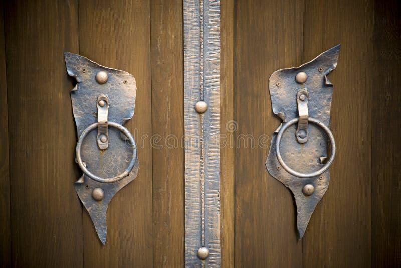 Portoni in ferro battuto magnifici, pezzo fucinato ornamentale, primo piano forgiato degli elementi fotografia stock libera da diritti