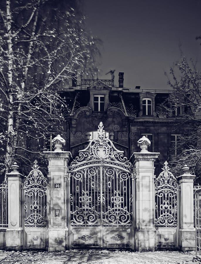 Portoni maestosi della grata del ferro battuto, vista di notte, inverno immagini stock