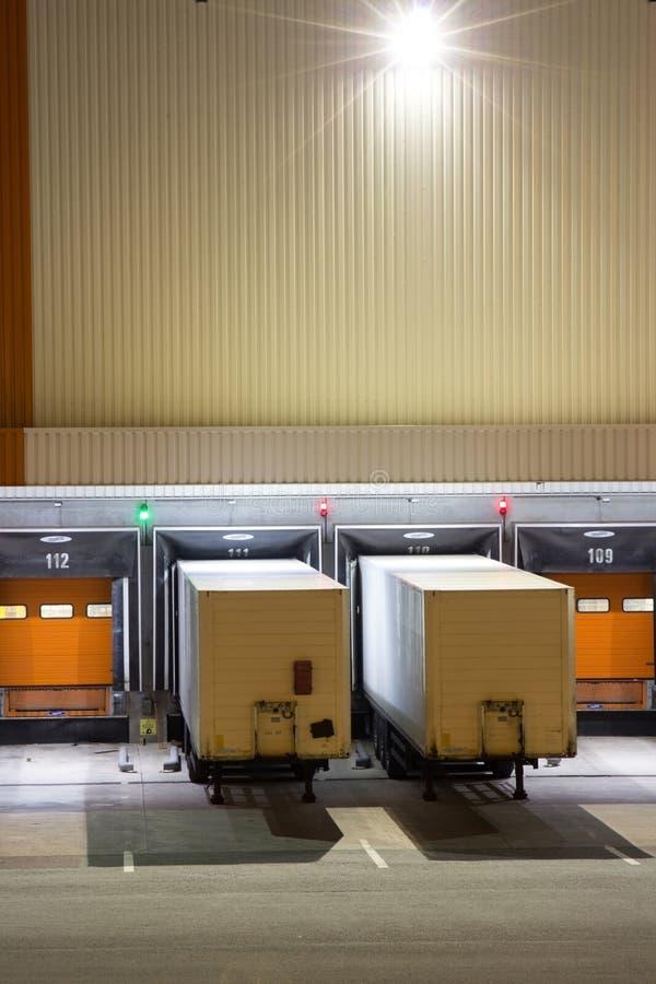 Portoni per i camion su un magazzino alla notte immagini stock libere da diritti
