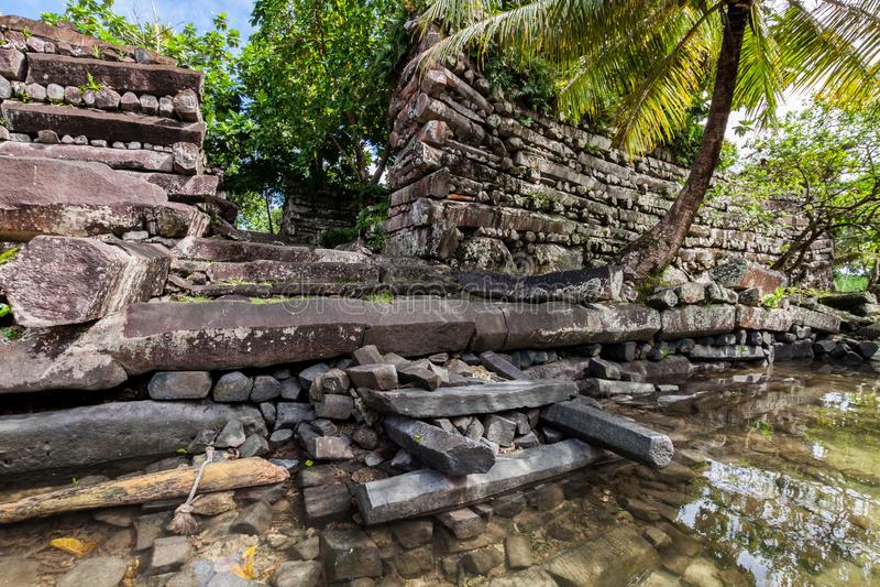 Portoni principali alle pareti di Nan Madol - pietra rovinata preistorica fotografie stock