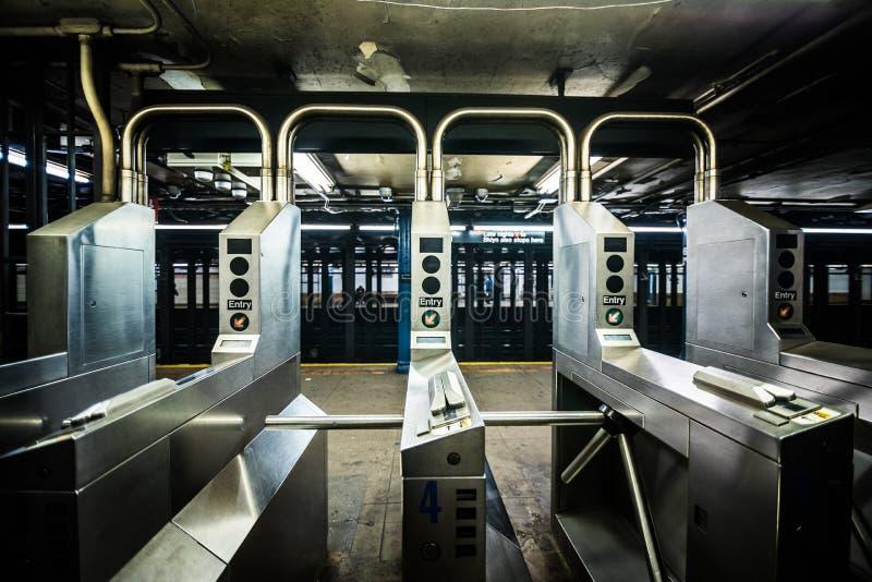 Portoni sotterranei del sottopassaggio in New York sulla linea albero fotografia stock