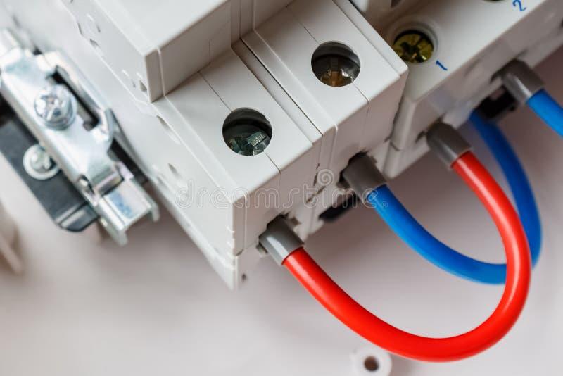 Portos conectados de interruptores automáticos pelo close up vermelho e azul dos fios imagem de stock