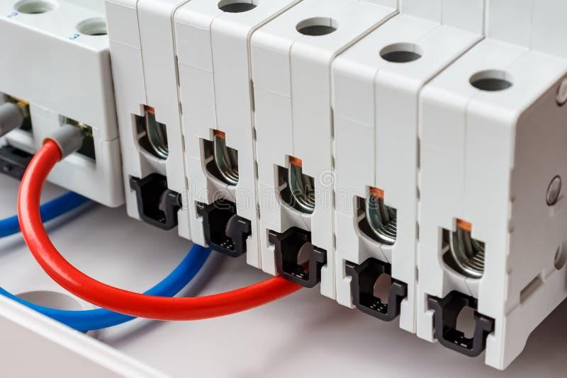 Portos desligados do close up automático dos interruptores na caixa de montagem plástica branca imagem de stock royalty free