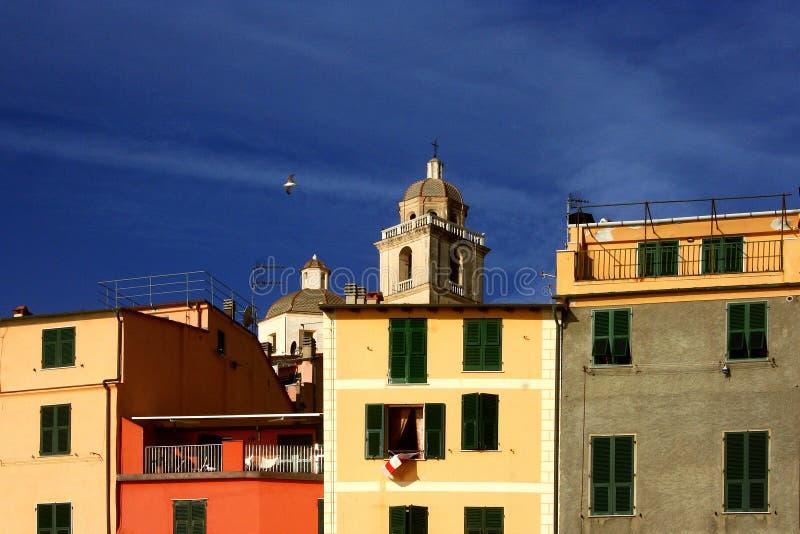 Portovenere: przelotne spojrzenie barwioni budynki z katedrą i dzwonkowy wierza fotografia royalty free