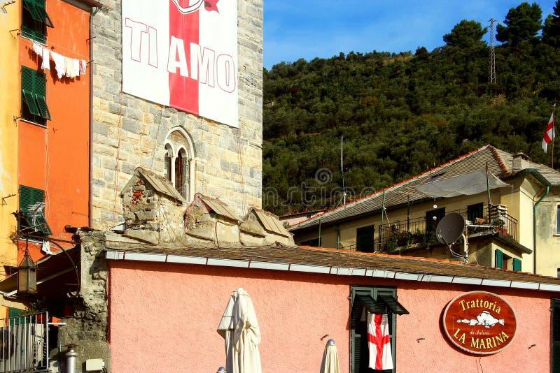 Portovenere: skymt av färgrika byggnader och den skogsbevuxna backen arkivbilder
