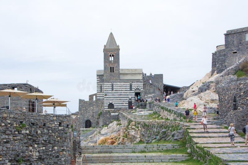 Portovenere Włochy, Maj, - 28, 2018: San Pietro Kościelny widok od morza Forteczny Castello Doria Chiesa Di San Pietro i kościół obraz royalty free