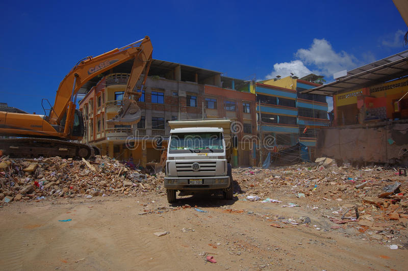 Portoviejo, Ισημερινού - 18 Απριλίου, 2016: Βαριά ερείπια επιλογής μηχανημάτων από τα κτήρια μετά από τραγικό και στοκ φωτογραφία με δικαίωμα ελεύθερης χρήσης