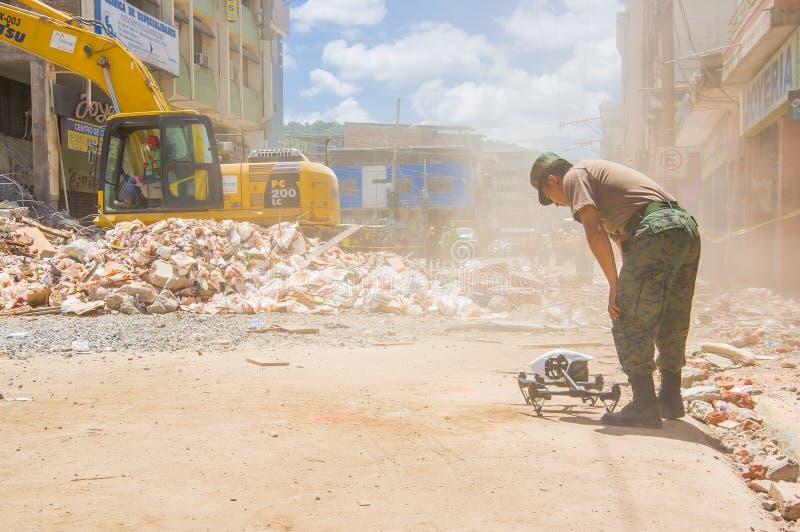 Portoviejo, эквадор - 18-ое апреля 2016: Трутень работал армией для того чтобы искать для оставшийся в живых после 7 землетрясени стоковые изображения