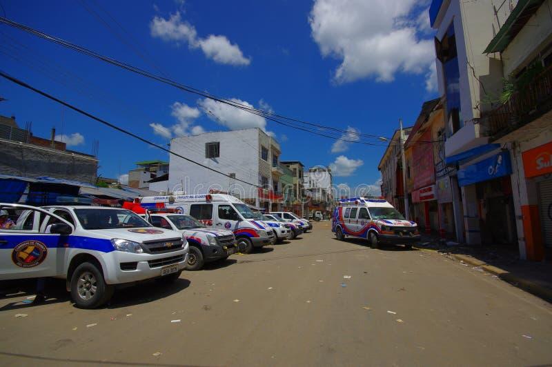 Portoviejo, Ecuador - abril, 18, 2016: Vehículos del equipo de rescate que hacen esfuerzos de la recuperación después de 7 terrem foto de archivo