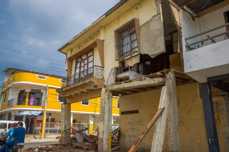 Portoviejo, Ecuador - April, 18, 2016: Fassade des zweistöckigen Hauses war nach 7 gefallen Erdbeben 8 lizenzfreie stockfotos
