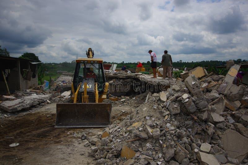 Portoviejo, Ecuador - April, 18, 2016: Schutt eines zerstörten Hauses nach 7 8 Erdbeben, Schwermaschinen entfernt lizenzfreie stockbilder