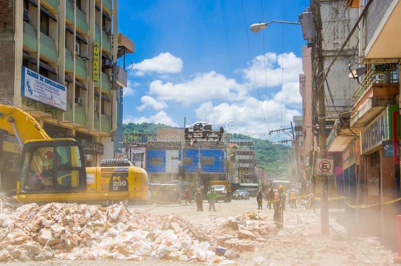 Portoviejo, Ecuador - April, 18, 2016: Schwermaschinensammelnschutt von zerstörten Gebäuden nach tragischem und stockfoto