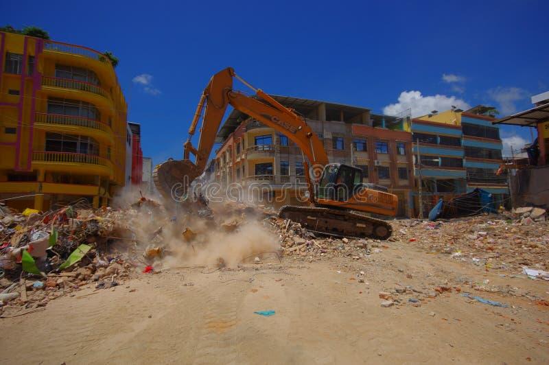 Portoviejo, Ecuador - April, 18, 2016: Schwermaschinensammelnschutt von zerstörten Gebäuden nach tragischem und stockfotos