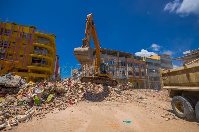 Portoviejo, Ecuador - April, 18, 2016: Schwermaschinensammelnschutt von zerstörten Gebäuden nach tragischem und stockfotografie