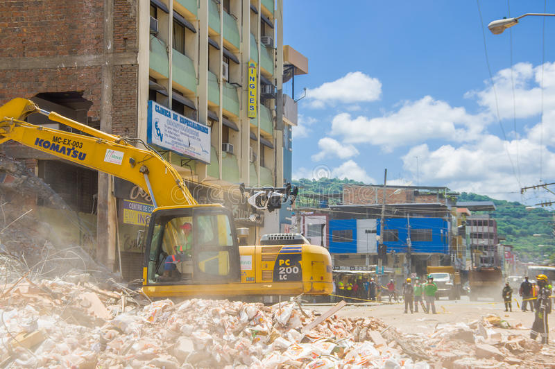 Portoviejo, Ecuador - April, 18, 2016: Schwermaschinensammelnschutt von zerstörten Gebäuden nach tragischem und stockbilder