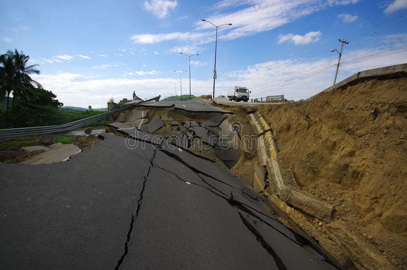 Portoviejo Ekwador, Kwiecień, -, 18, 2016: Asfalt pękający w drodze po dewastować 7 8 trzęsienie ziemi obrazy stock